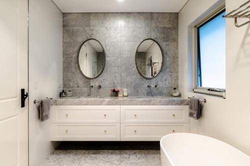 Clovelly Bathroom 2
